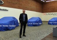 Стив Маттин позирует на фоне секретных модификаций LADA Vesta Station Wagon, LADA Vesta Hatch